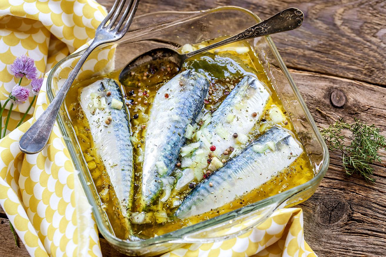 Maquereaux marinés à l'huile d'olive, citron et ail