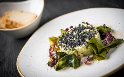 Tartare d'algues sur toasts de radis noir